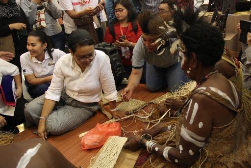 Menlu Retno Marsudi Bersama Suku Kamoro