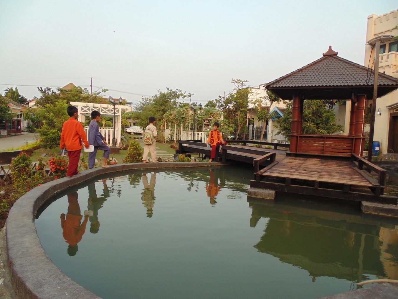 Bersantai Sejenak Di Taman Kampung Tropodo Oleh Naftalia