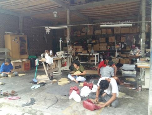Berwisata Kerajinan Kulit di Desa Wisata Manding oleh Kusuma Ina ... ec7e3bfa4d