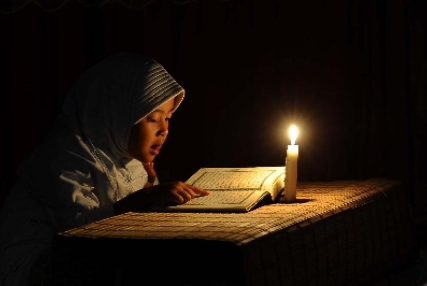 Seorang anak membaca Al Quran