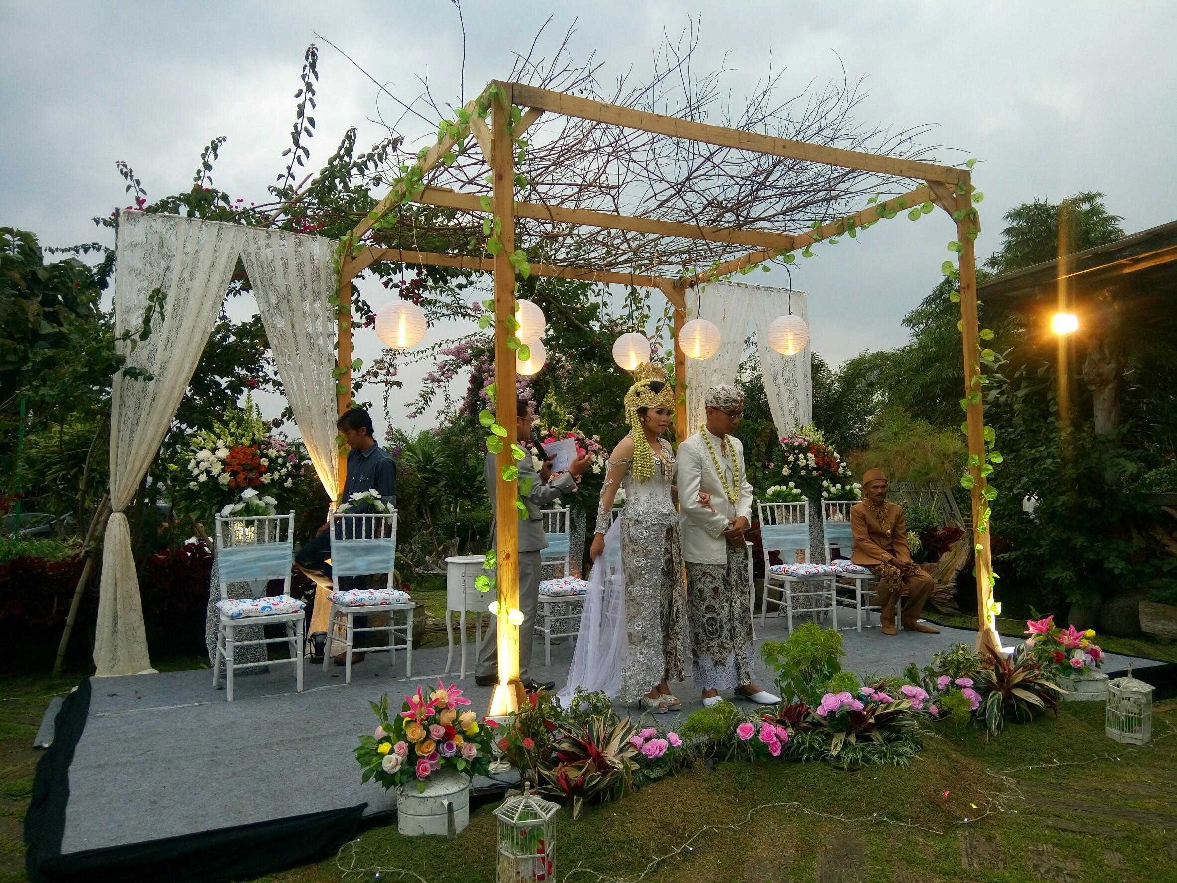 Pesta Pernikahan Sederhana Dan Unik Dengan Konsep Outdoor Wedding