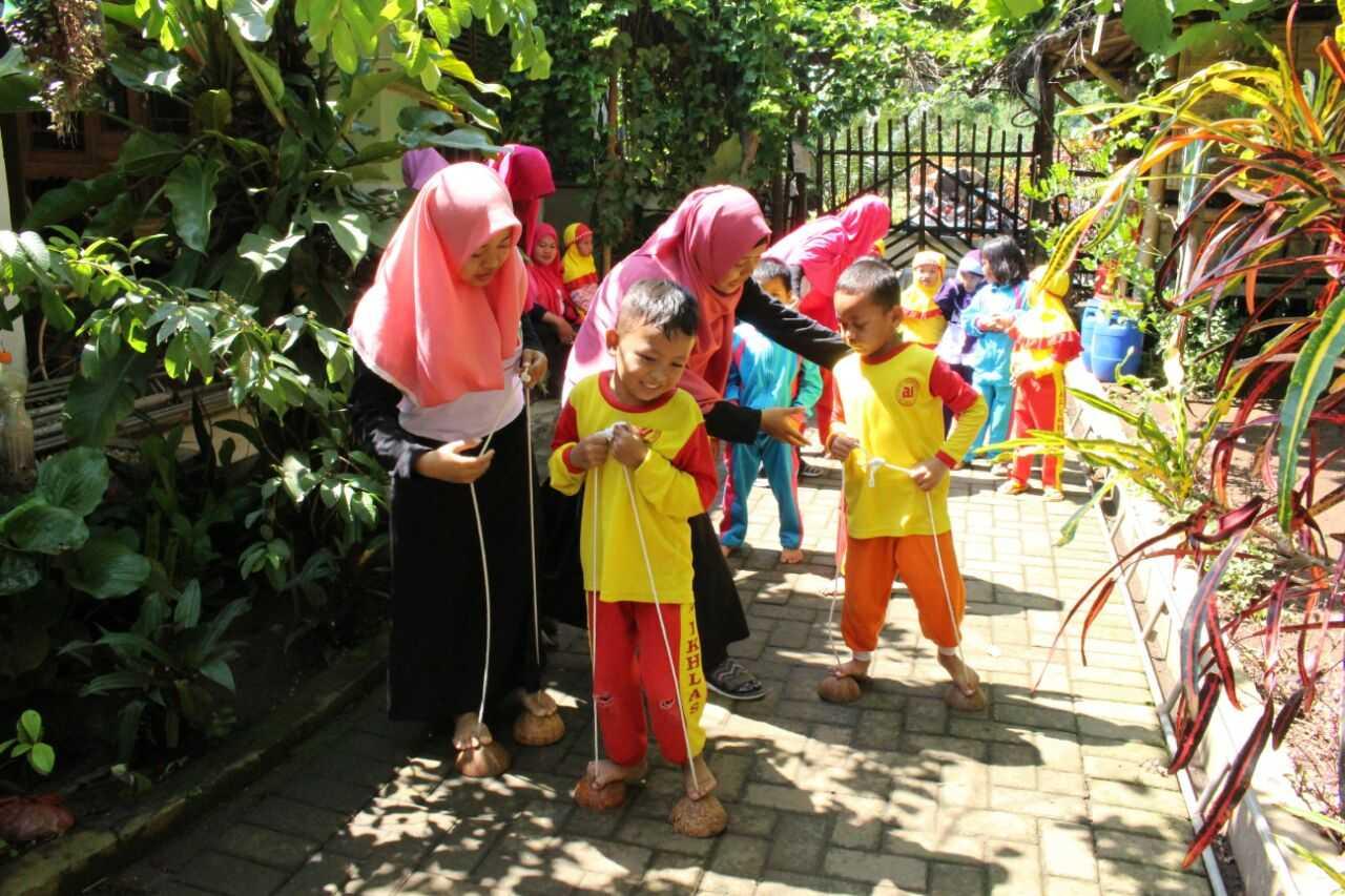 Menumbuhkan Nilai Nilai Karakter Anak Melalui Permainan Egrang Batok Kelapa Kompasiana Com