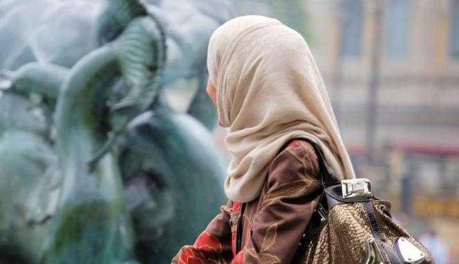 Foto Wanita Cantik Berhijab Syari Dari Belakang Ilmu Pengetahuan 7