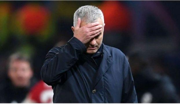 Mourinho Dipecat MU, Derita