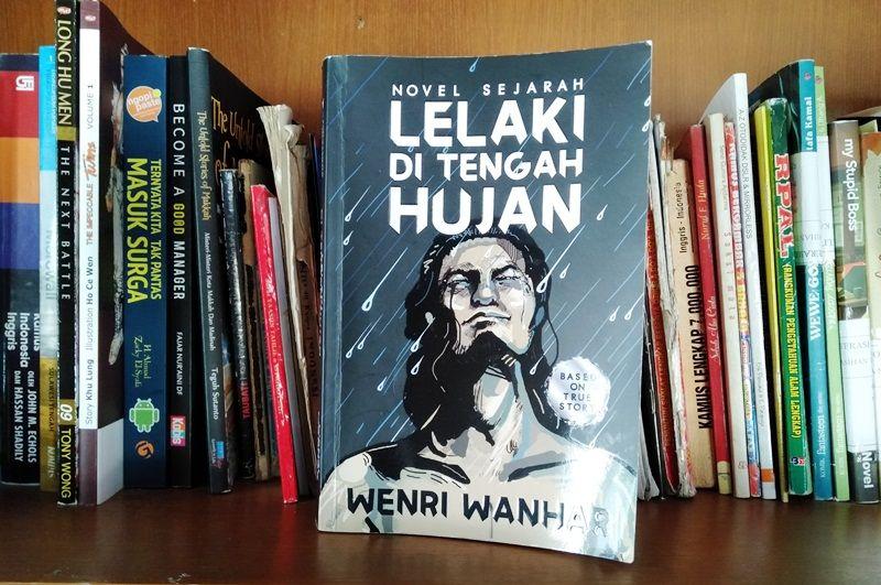 lelaki di tengah hujan novel sejarah melawan arus yang pantas