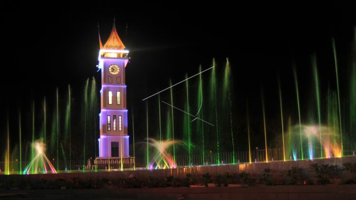 Jam Gadang Bukitting dengan Hiasan Lampu - Lampu & Air Mancur