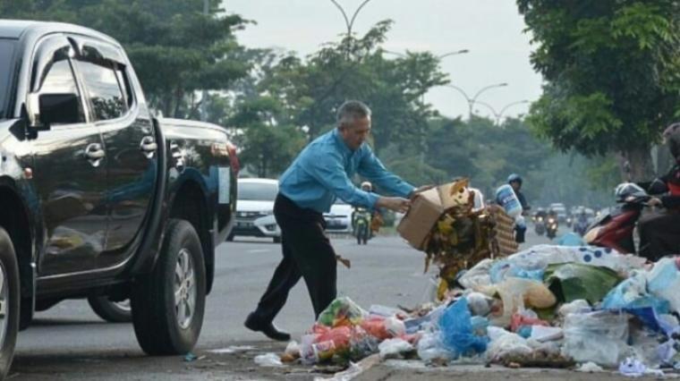 Contoh Gambar Orang Yang Sedang Membuang Sampah