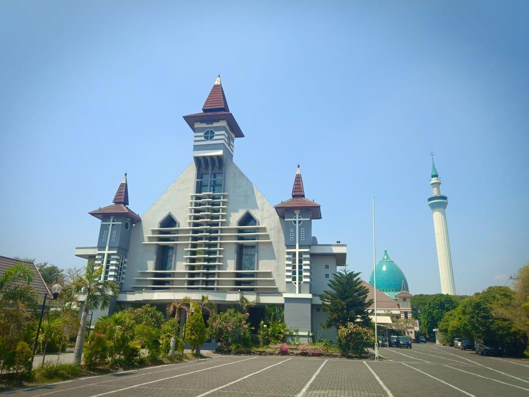 19 Tahun Berdampingan Masjid Dan Gereja Di Pusat Propinsi Jawa